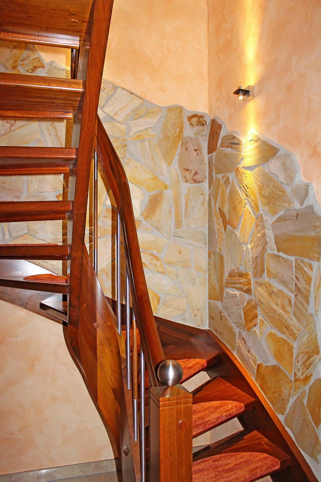 Treppenaufgang mit Natursteinverblendern und Streichputz mit Lasur