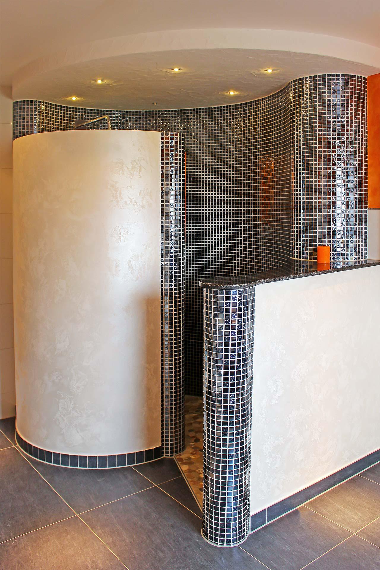 Dusche in Schneckenform mit Mosaik