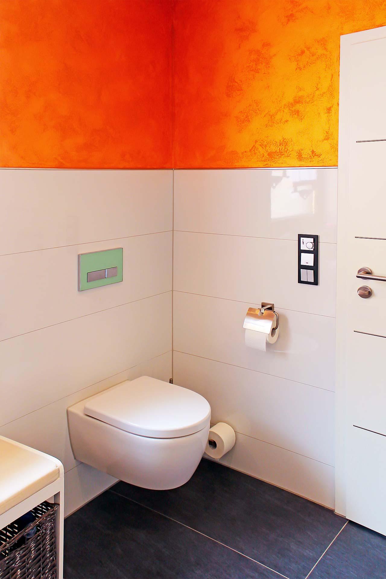 Wandarbeit mit Metallikbeschichtung sowie großformatigen Wand- und Bodenfliesen