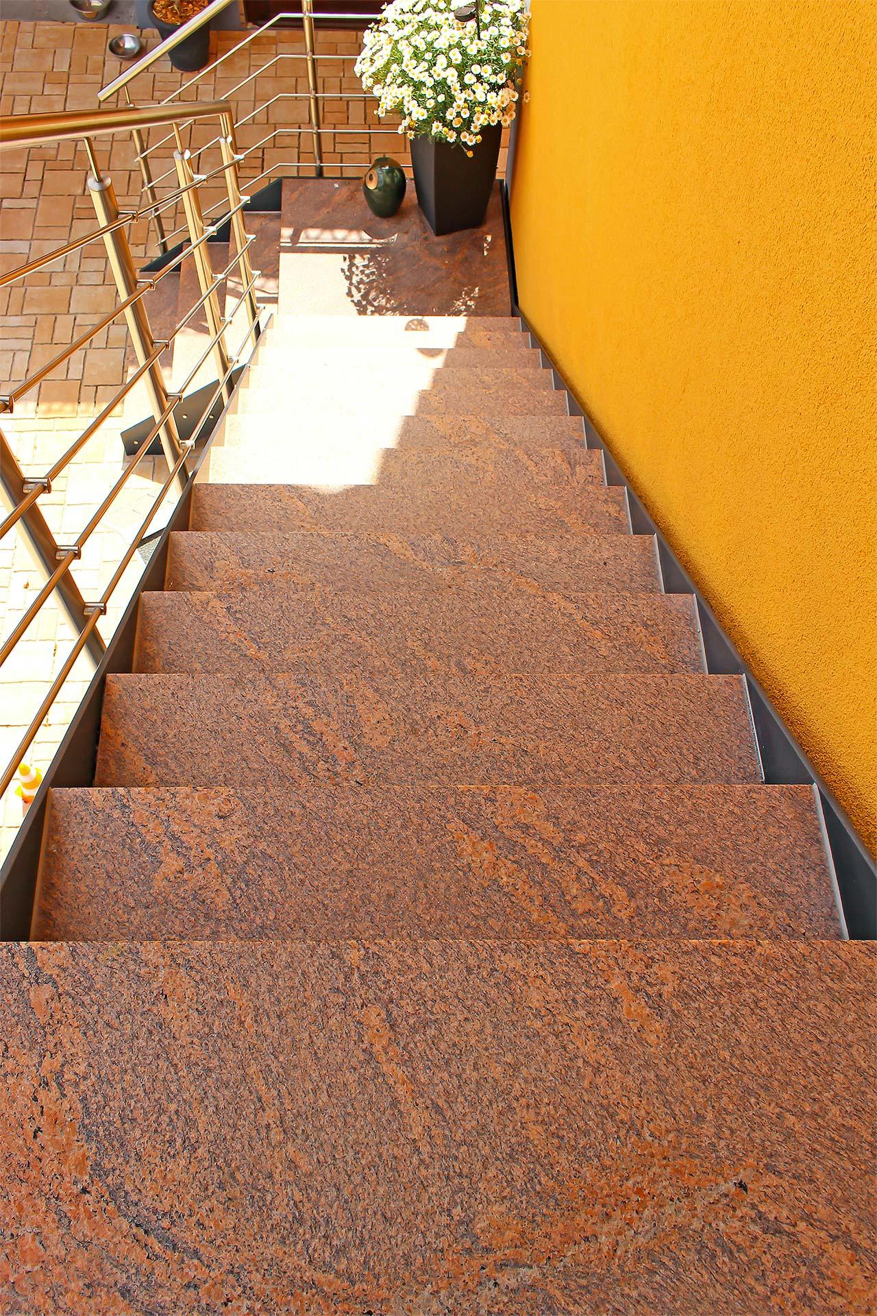 Natursteintreppe im Außenbereich eines Wohnhauses