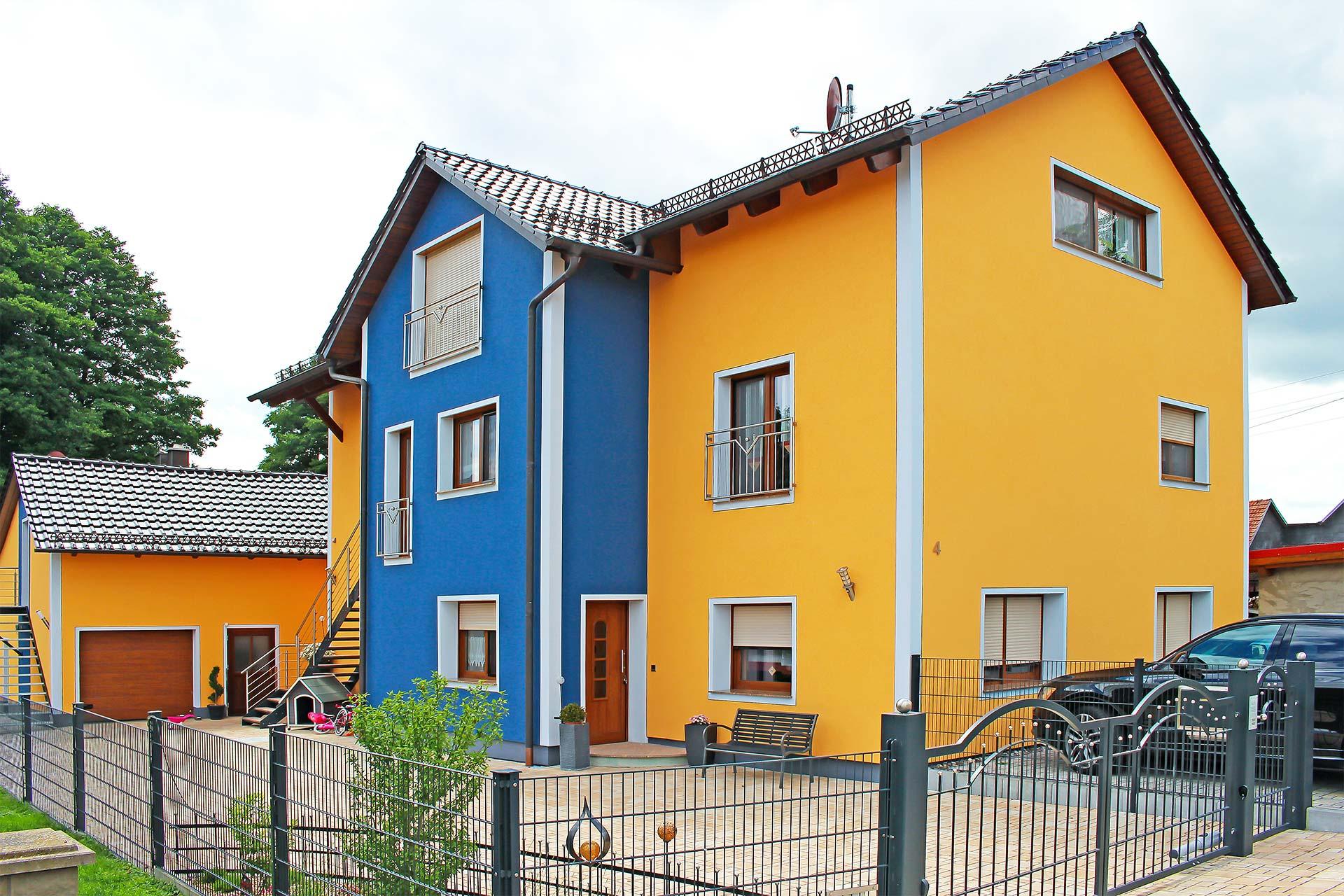 Außenfassade eines Wohnhauses inklusive Dämmarbeiten und Kratzputz