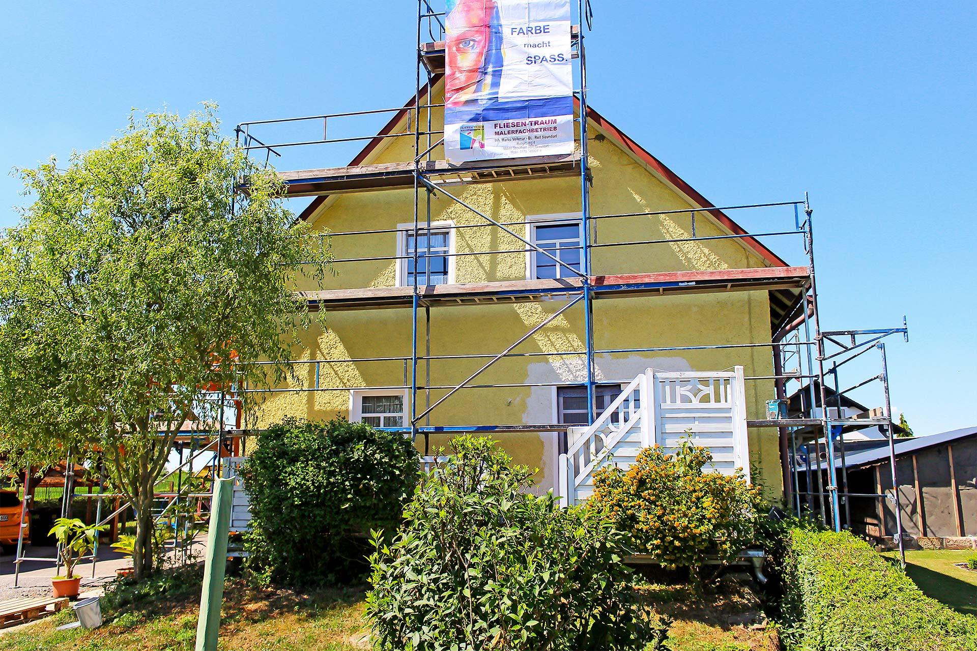Fassade eines Wohnhauses vor der Sanierung