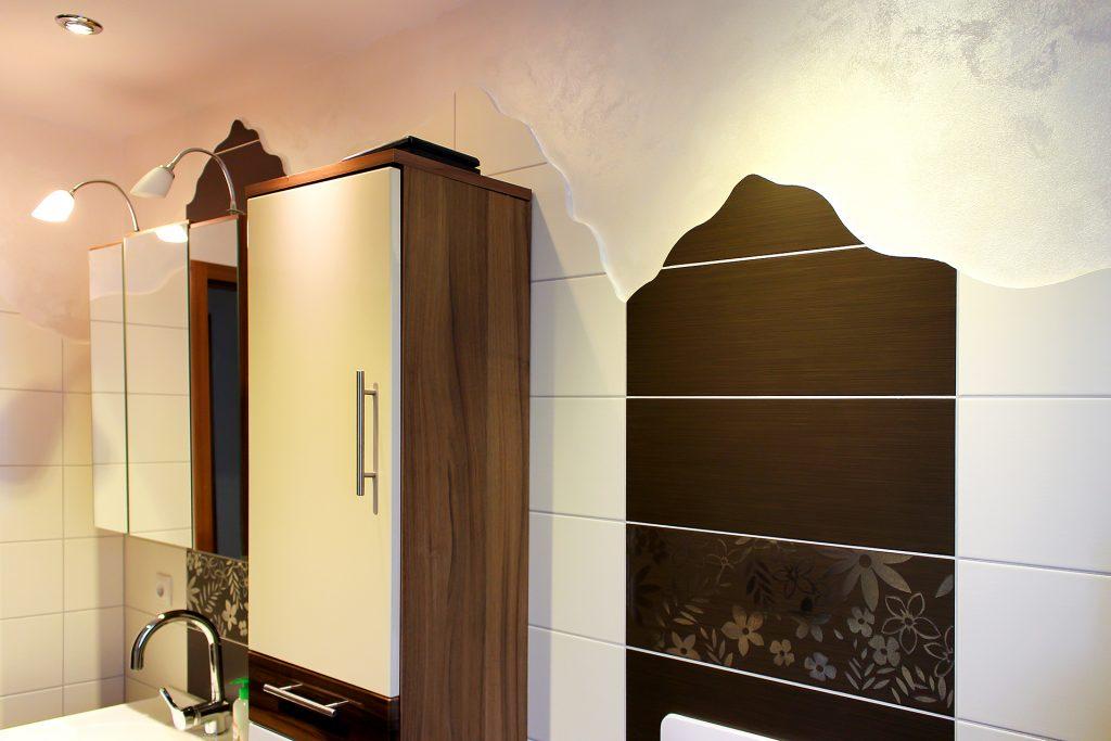 Großformatige Badfliesen und Wandarbeit mit Metallikbeschichtung