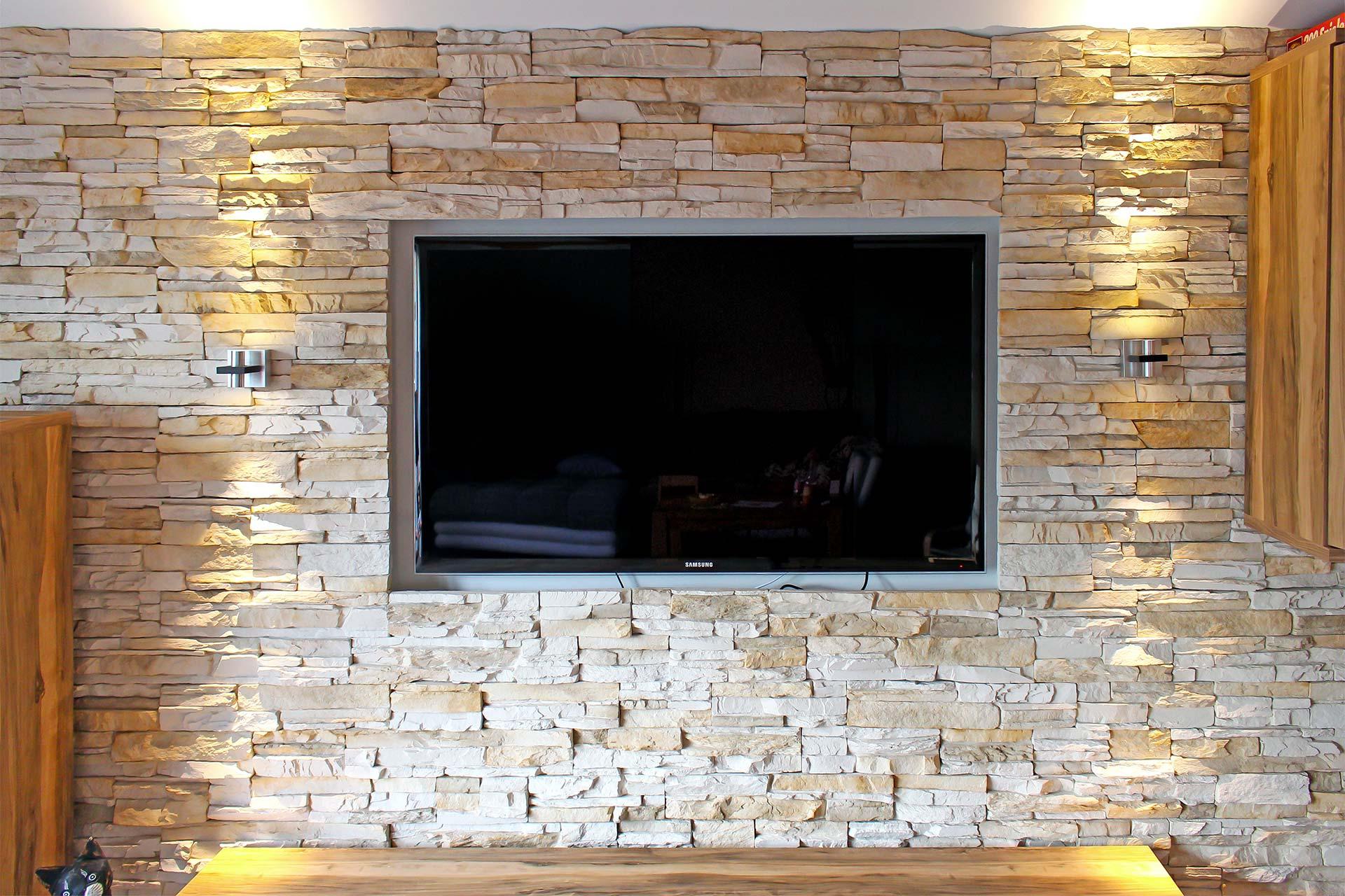 Wohnzimmerwand aus Verblendsteinen mit Fernsehnische