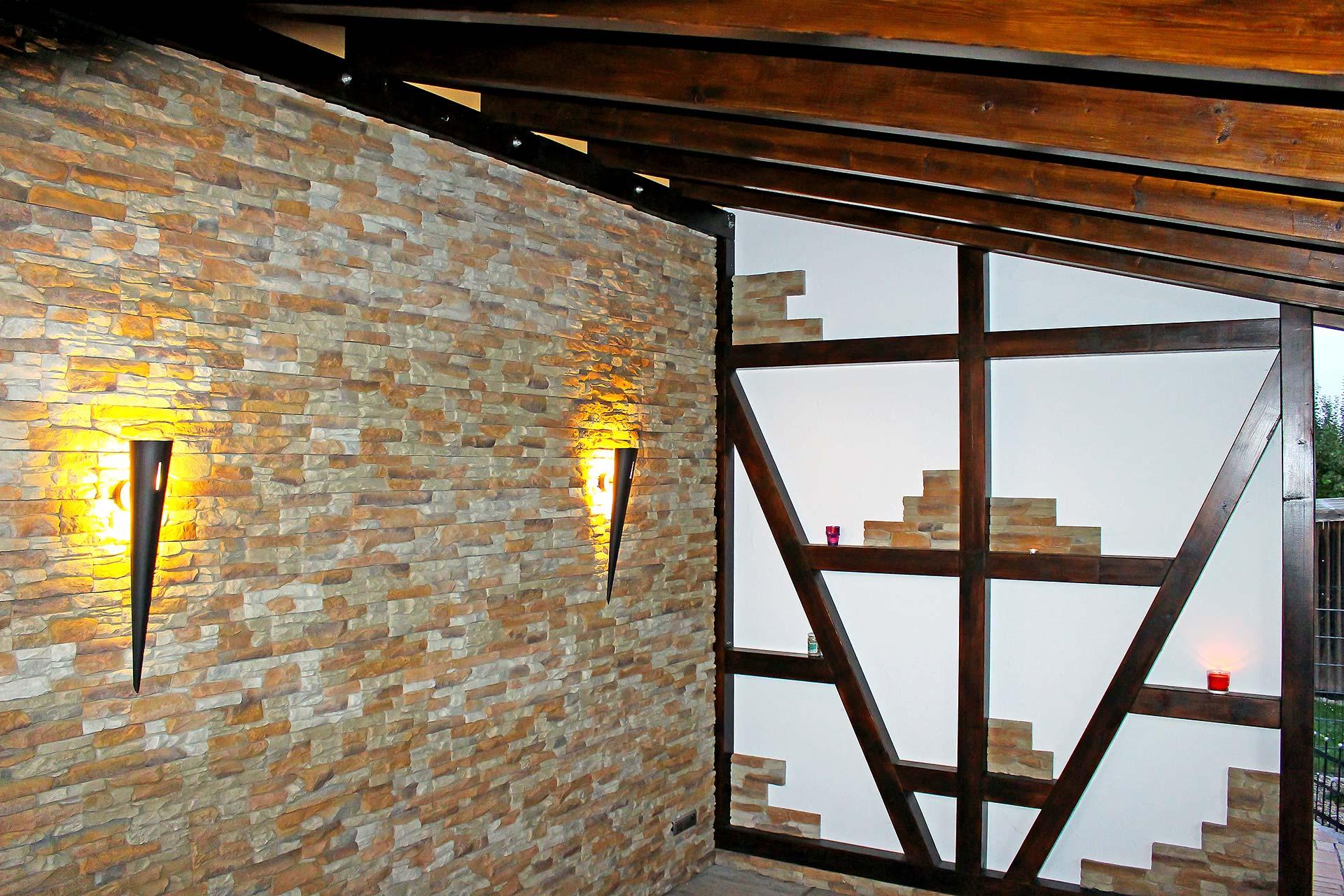 Wand mit Verblendsteinen inklusive einer Fachwerkwand
