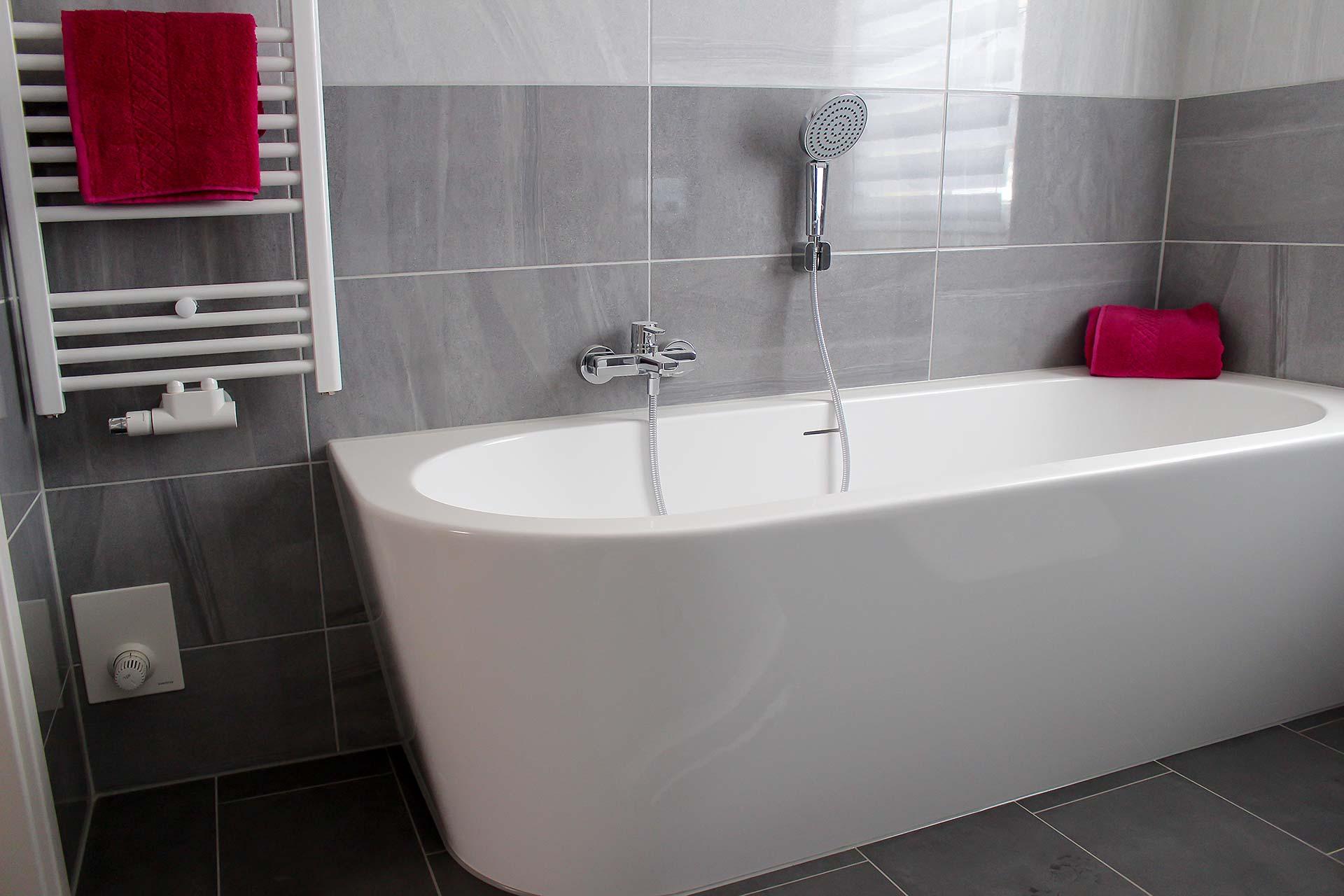 Bad in verschiedenen Grautönen mit Fliesen im Format 30x60