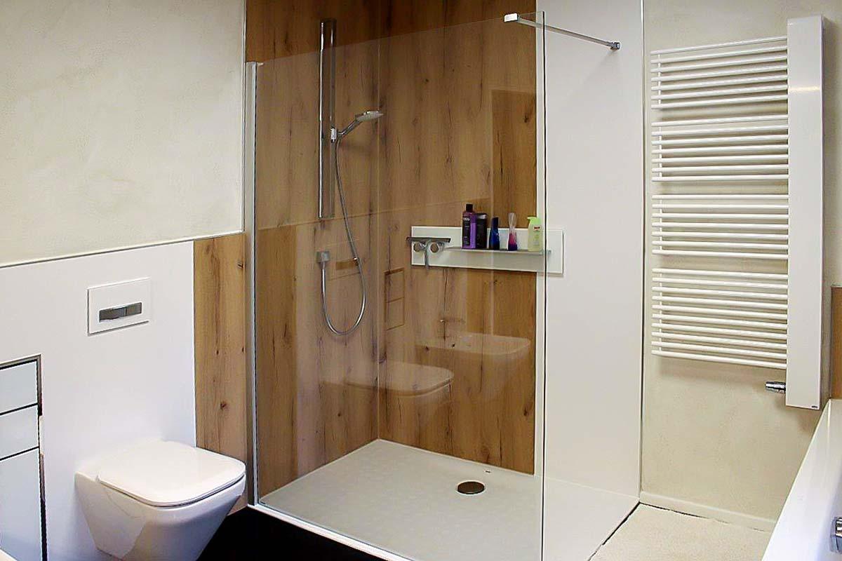 Bad mit ebenerdiger Dusche und Wandfliesen in Holzoptik