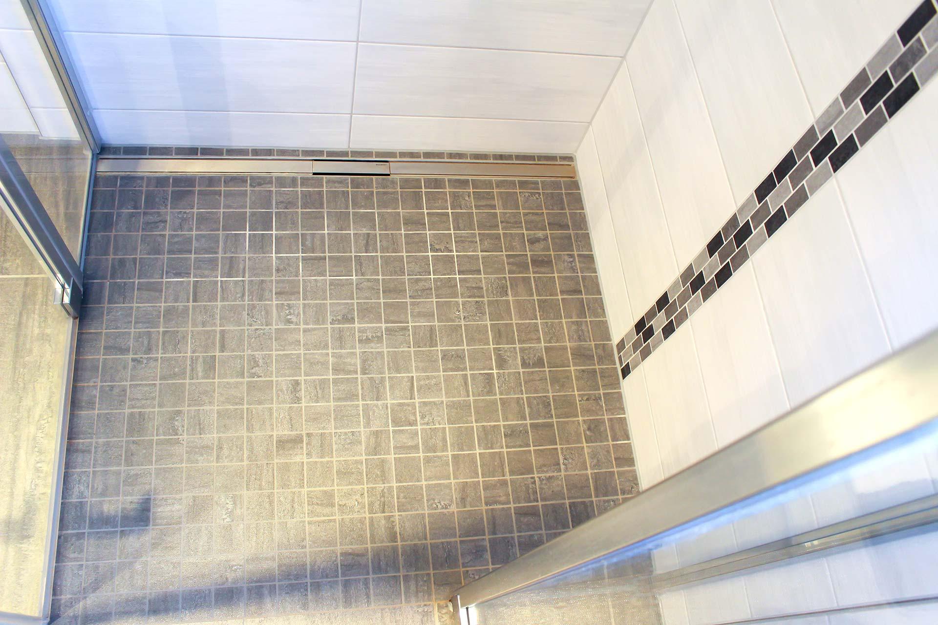 Ebenerdige Dusche mit Mosaik
